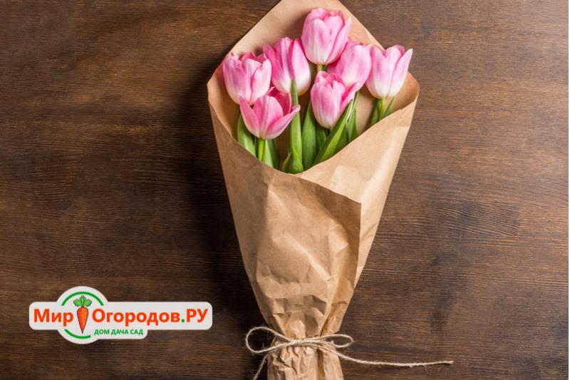 Светлые тюльпаны и крафт смотрятся немного просто